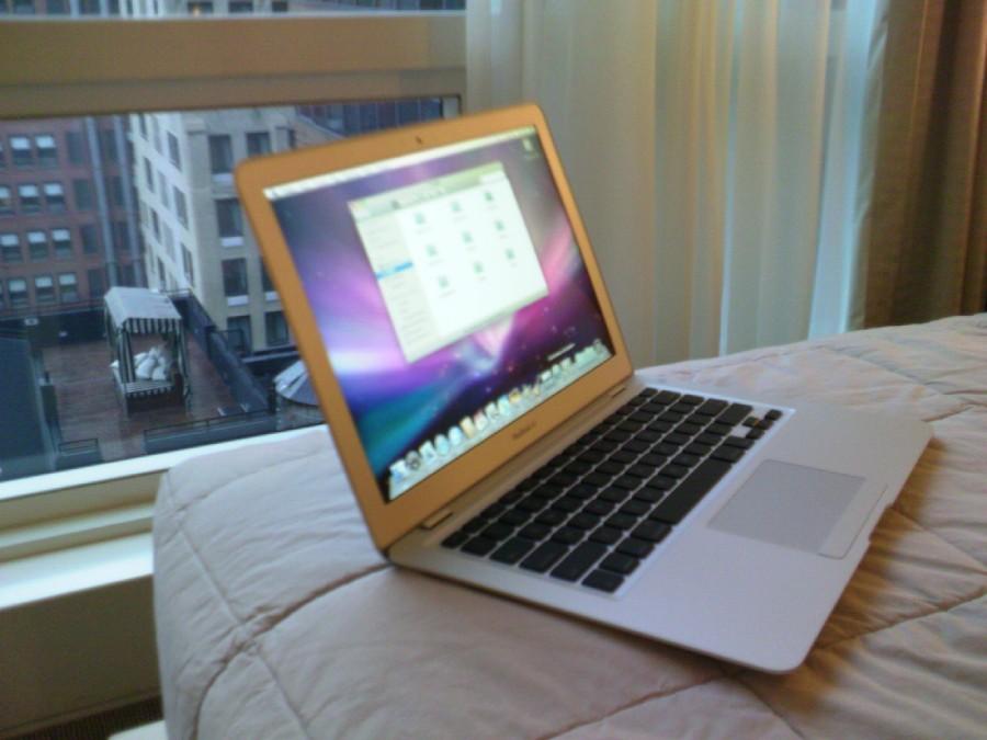 Новейший MacBook Air на фоне небоскрёбов Нью-Йорка