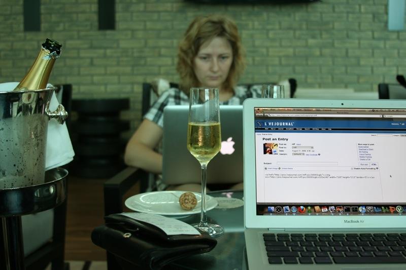 Кафе в аэропорту Дубай. Шампанское.