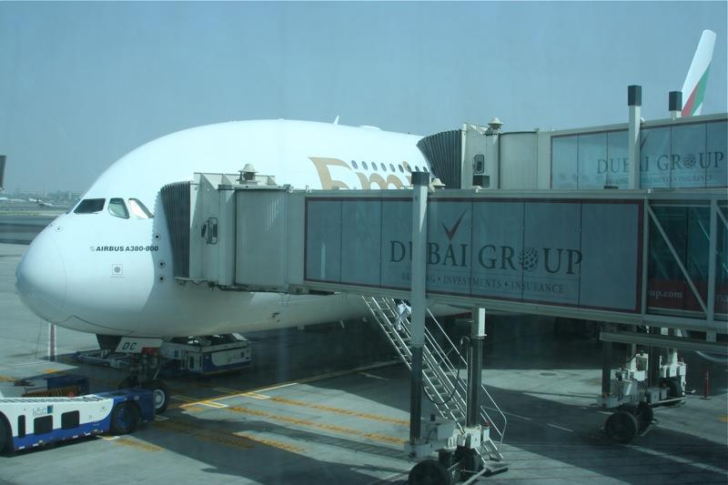 Airbus A380 Emirates у телетрапа в аэропорту Дубаи