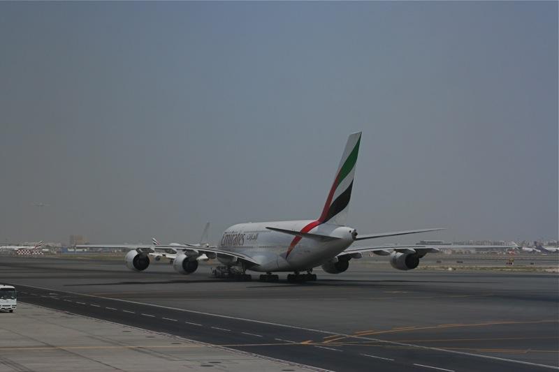 Airbus A380 Emirates на перроне аэропорта Дубаи