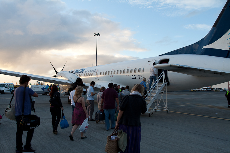 CS-TFJ, SATA - Air Acores, British Aerospace BAe ATP (cn 2018), boarding passengers at Madeira airport (FNC). Посадка пассажиров на самолёт в аэропорту Мадейры