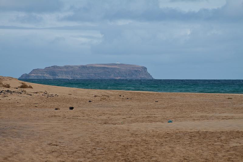 Песчаный пляж. Остров Порту-Санту, архипелаг Мадейра, Португалия. Sandy beach. Porto Santo Island, Archipelago of Madeira, Portugal