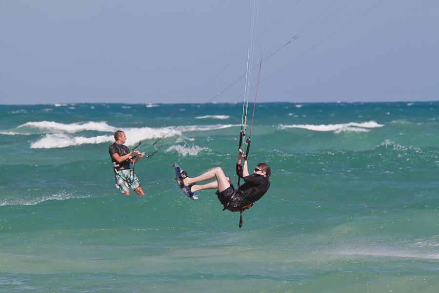 Летящий кайт-сёрфер над океаном, остров Сал, Кабо-Верде. A flying kite surfer in the Ocean, Sal island, Cape Verde