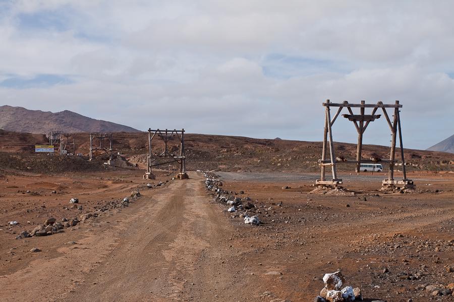 Заброшенная промышленная канатная дорога в Педра-де-Люме, остров Сал, Кабо-Верде. Abandoned industrial cable way in Pedra de Lume, Sal island, Cape Verde