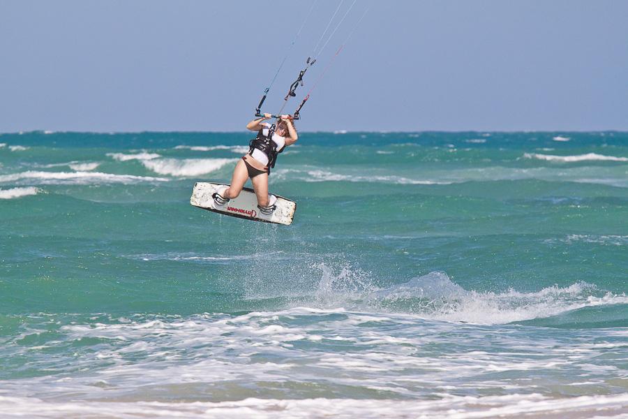 Летящий кайт-сёрфер-девушка над океаном, остров Сал, Кабо-Верде. A flying kite surfer girl over the Ocean, Sal island, Cape Verde