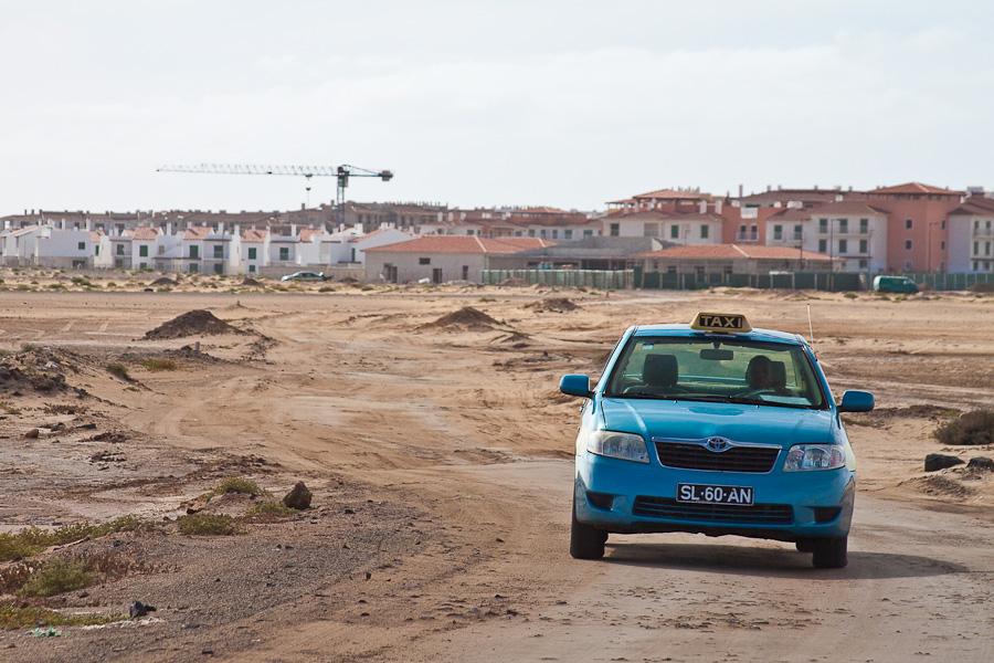 Toyota SL-60-AN. Такси и недостроенные коттеджи на острове Сал, Кабо-Верде. Cottages and sand. Taxi on Sal, Cabo-Verde