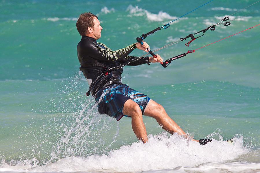 Кайт-сёрфер в океанских волнах, остров Сал, Кабо-Верде. A kite surfer in ocean waves, Sal island, Cape Verde