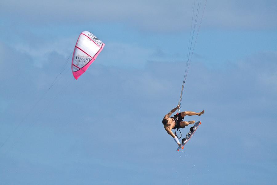 Летящий кайт-сёрфер, кайт-сёрферский парус, остров Сал, Кабо-Верде. A flying kite surfer, kite surfing sail, Sal island, Cape Verde