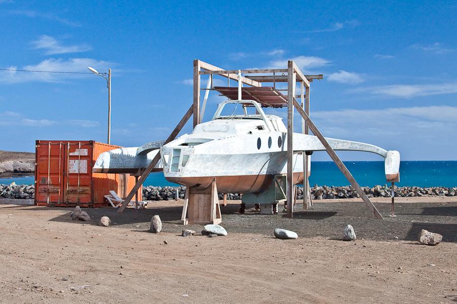 Заброшенное судно-тримаран на стапелях в ремонте, в Педра-де-Люме, остров Сал, Кабо-Верде. Abandoned Trimaran vessel or under repair, in Pedra de Lume, Sal island, Cape Verde
