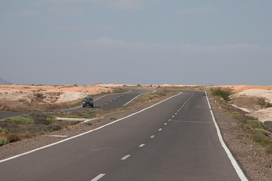 Автострада, шоссе. Пустынный песчасный остров Сал, Кабо-Верде. Highway on Sal island, Cape Verde