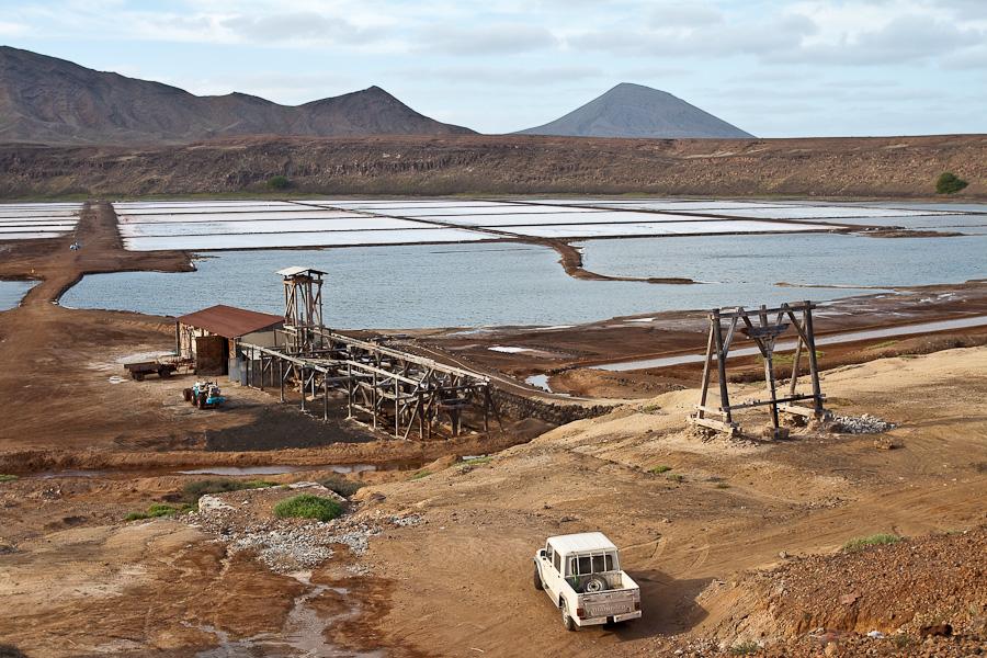 Соляное озеро в жерле вулкана. Добыча соли. Педра-де-Люме, остров Сал, Кабо-Верде. Salina, Salt lake, Pedra de Lume, Sal island, Cape Verde