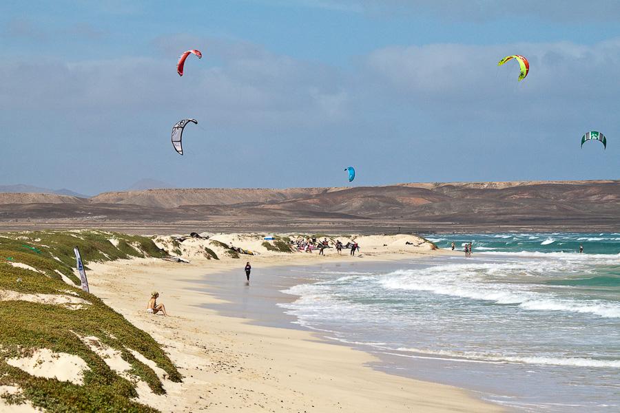 Кайт-сёрферы. Песчасный пляж, остров Сал, Кабо-Верде. Kite Surfers. Sandy beach, Sal island, Cape Verde