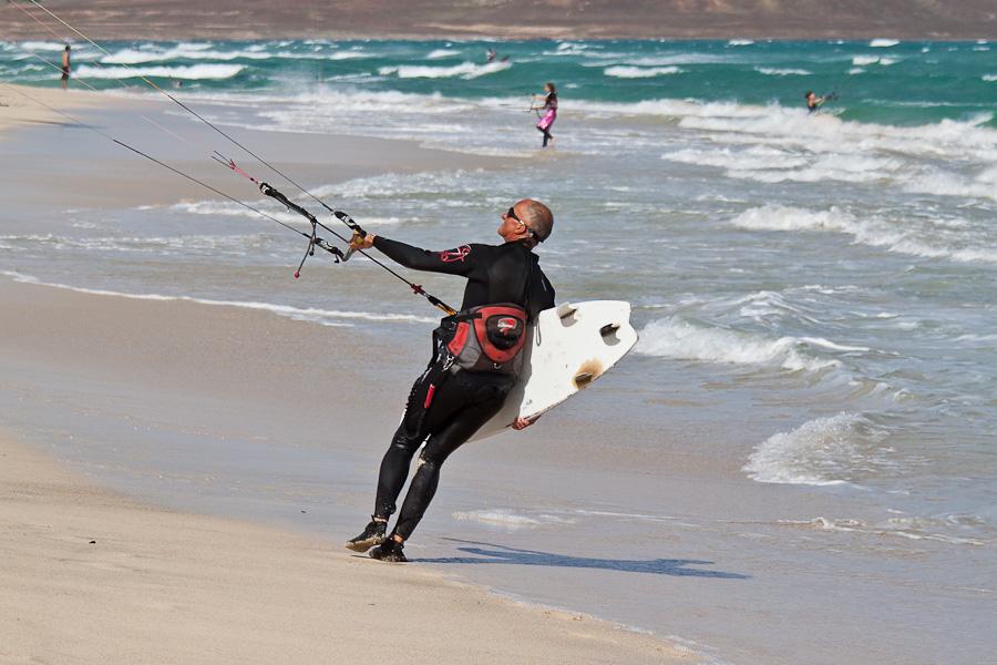 Кайт-сёрферы. Песчасный пляж и океанский прибой. Остров Сал, Кабо-Верде. Kite Surfers. Sandy beach and ocean waves, Sal island, Cape Verde