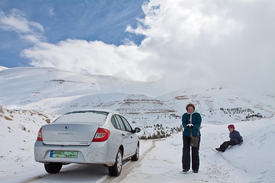 Renault Symbol. Snow in mountain region Cedars of Lebanon, road, pass. Снег в ливанских горах, дорога, перевал. Le Cedrus. Цедар. Дарья Малова, Юлия Власова