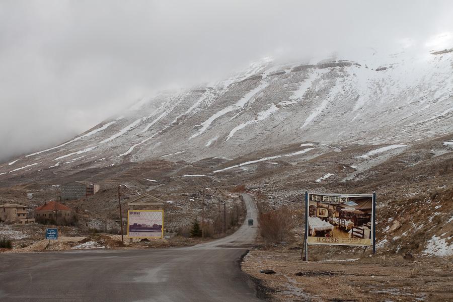 Snow in mountain region Cedars of Lebanon, road. Снег в ливанских горах, дорога. Le Cedrus. Цедар