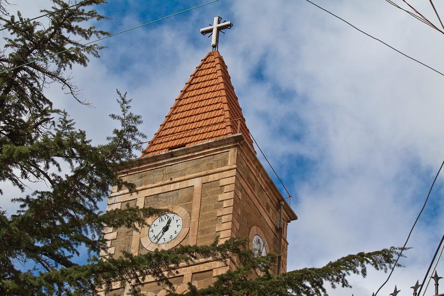Христианская церковь в горах Ливана, с арабскими цифрами на часах