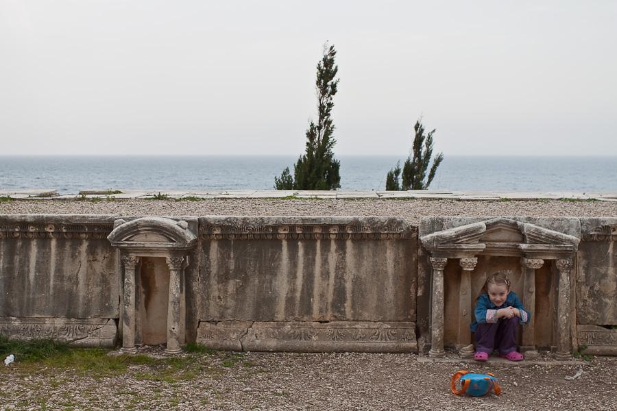 Arbic tourists among ruings of Roman theater in Byblos, Lebanon. Арабские туристы в древнеримском амфитеатре, Библ (Библос), Ливан