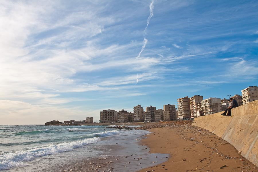 Seashore sidewalk, the corniche, El Mina, near Tripoli (Tripolis), Lebanon. Мороской променад города Эль Мина, около Триполи, Ливан