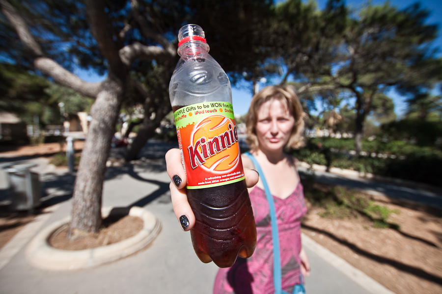 Malta, The girl gives the bottle of Kinnie. Мальта. Девушка отдаёт бутылку Кинни