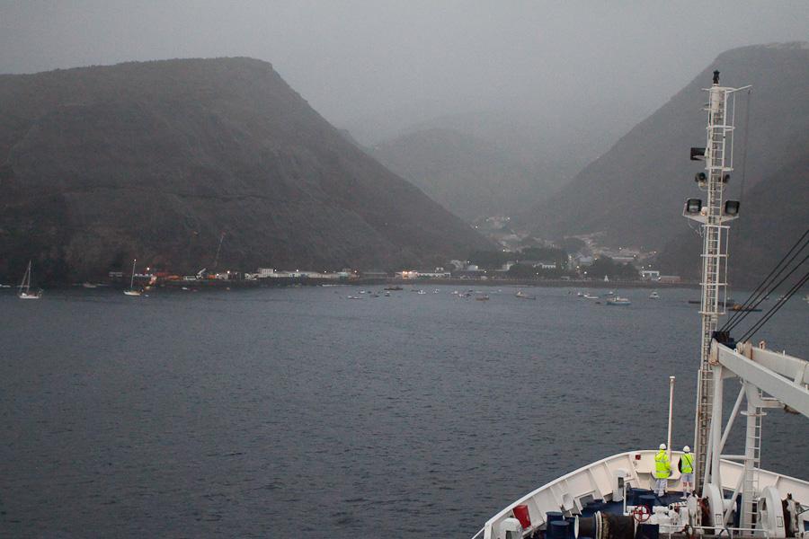 5:30 утра, RMS St.Helena швартуется в порту Джеймстаун, остров Святой Елены