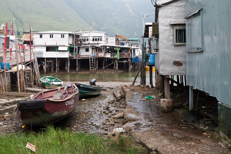 Tai O, Lantau Island, Hong Kong. Тай О, Лантау, Гонконг. Pang uk houses and boats. Дома панг ук и лодки