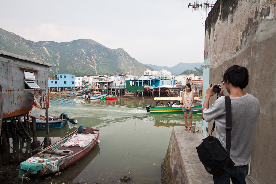 Tourists in Tai O, Lantau Island, Hong Kong. Тай О, Лантау, Гонконг. Туристы