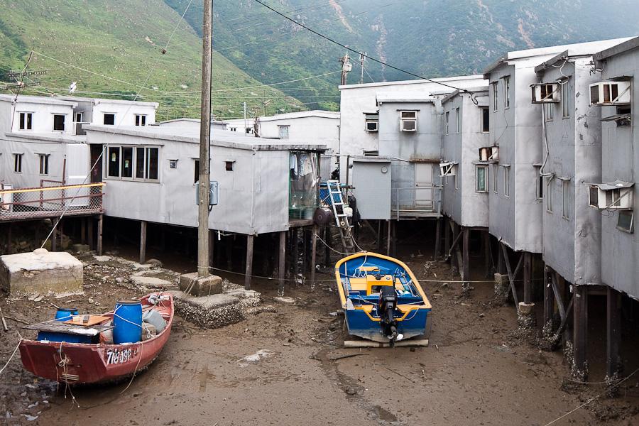Tai O, Lantau Island, Hong Kong. Тай О, Лантау, Гонконг. Pang uk houses and boats. Дома панг ук и лодки