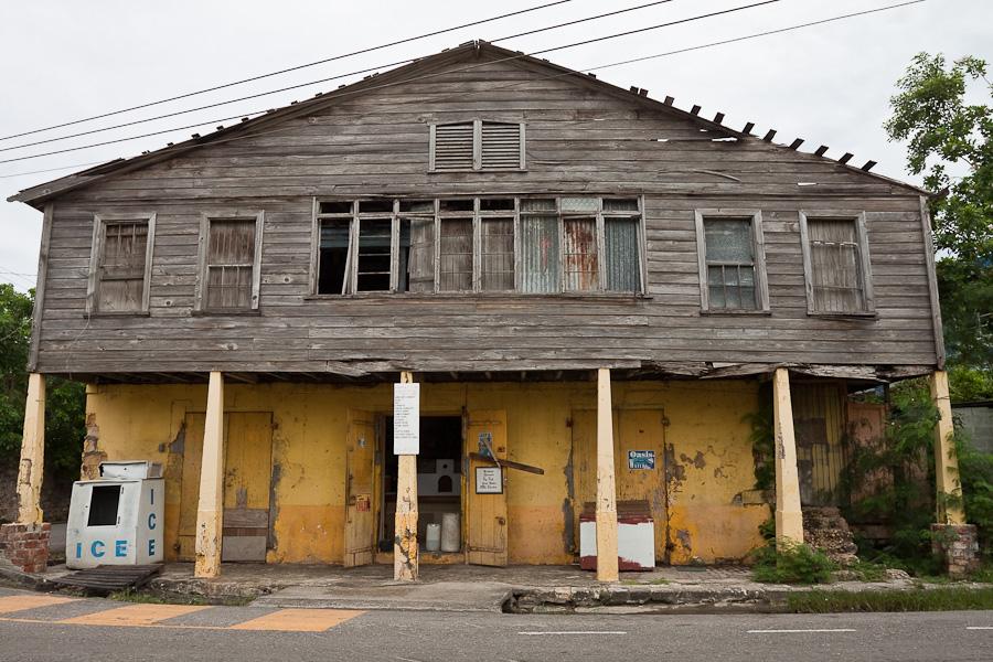Old house in St. John's city, ice vending, Antigua island, Antigua and Barbuda, Caribbean. Исторический дом и продажа льда, город Сент-Джонс, остров Антигуа, Антигуа и Барбуда, Карибский бассейн.