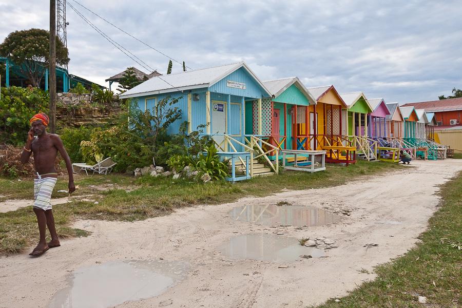 Colourful wooden beach huts on Long bay beach, Antigua, Antigua and Barbuda, Leeward Islands, West Indies, Caribbean. Цветные деревянные пляжные домики на пляже Лонг-бэй, остров Антигуа, Антигуа и Барбуда, Карибы.