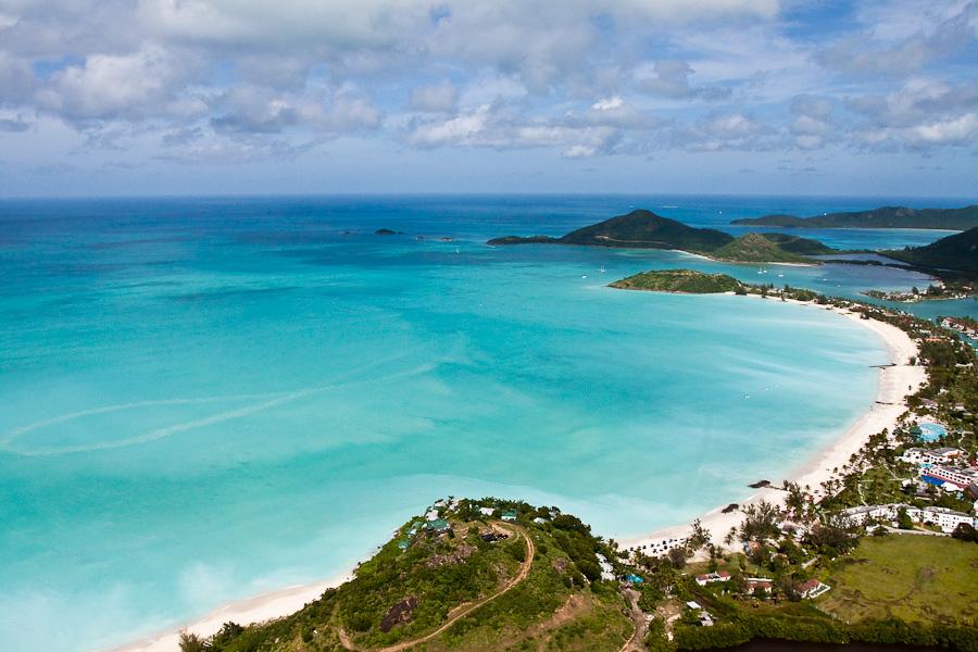 South Beach aerial view, Antigua island, Antigua and Barbuda, Caribbean. Пляж Саут-бич с высоты птичьего полета, остров Антигуа, Антигуа и Барбуда, Карибский бассейн.