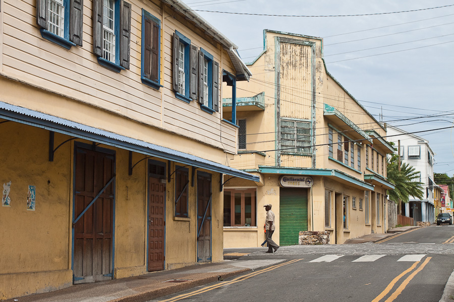 Old historical houses on a street of St. John's city, Antigua island, Antigua and Barbuda, Caribbean. Исторические дома на улице города Сент-Джонса, остров Антигуа, Антигуа и Барбуда, Карибский бассейн.