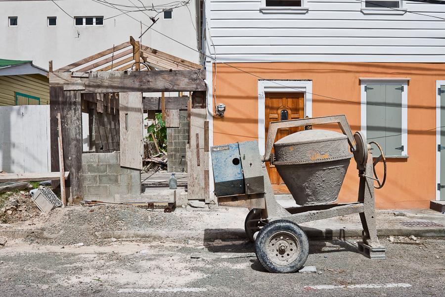 Building of a small hut, St. John's city, Antigua island, Antigua and Barbuda, Caribbean. Строительство маленького домика, город Сент-Джонс, остров Антигуа, Антигуа и Барбуда, Карибский бассейн.