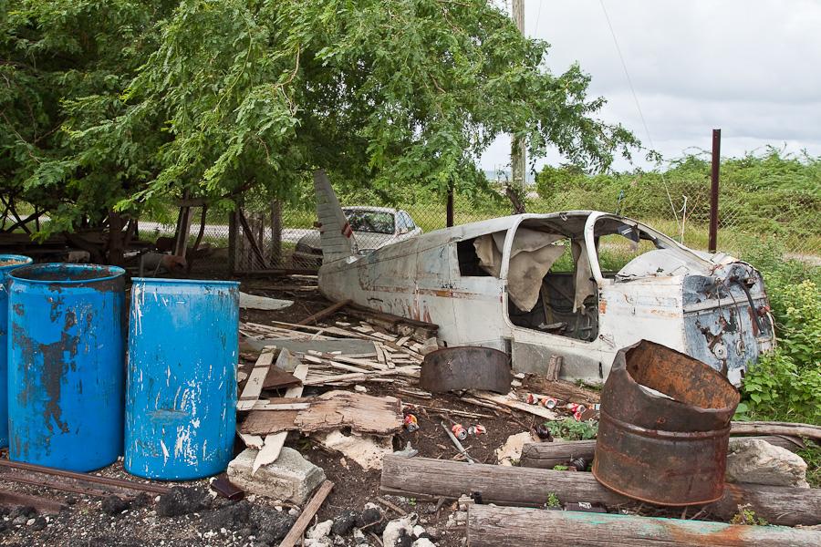Обломки легкомторного самолёта, остров Антигуа, Антигуа и Барбуда. Scrapped light aircraft, Antigua island, Antigua and Barbuda, Caribbean.