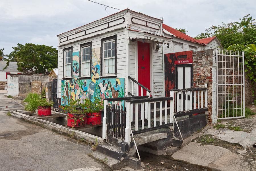 Small wooden hut in St. John's city, Antigua island, Antigua and Barbuda, Caribbean. Маленький деревянный домик, город Сент-Джонс, остров Антигуа, Антигуа и Барбуда, Карибский бассейн.