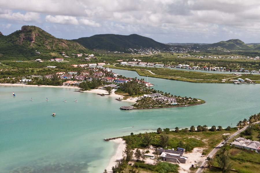Jolly Harbour township, Antigua, Antigua and Barbuda, Leeward Islands, West Indies, Caribbean. Коттеджный посёлок Джолли-харбор, остров Антигуа, Антигуа и Барбуда, Карибы.