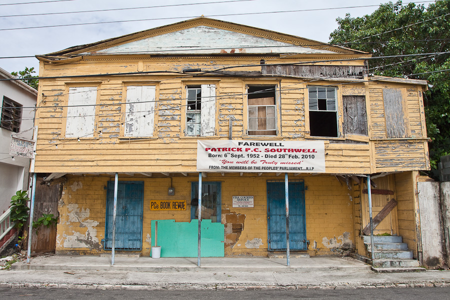 Old house in St. John's city, Farewell Patrick P.C. Southwell, Antigua island, Antigua and Barbuda, Caribbean. Исторический дом, город Сент-Джонс, остров Антигуа, Антигуа и Барбуда, Карибский бассейн.