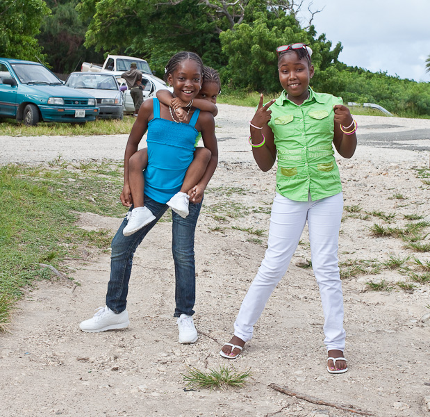 Kids, three black girls, Antigua, Antigua and Barbuda, Leeward Islands, West Indies, Caribbean. Дети, три девочки-негритянки, остров Антигуа, Антигуа и Барбуда, Карибы.