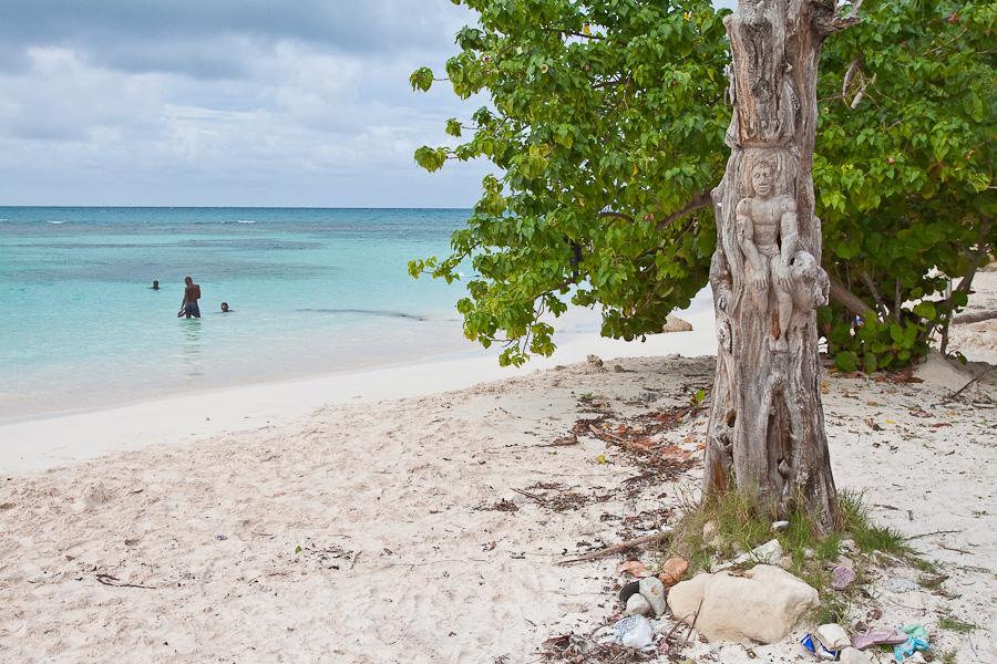 Carved wooden sculpture on Long bay beach, Antigua, Antigua and Barbuda, Leeward Islands, West Indies, Caribbean. Резная деревянная скульптура на пляже Лонг-бэй, остров Антигуа, Антигуа и Барбуда, Карибы.