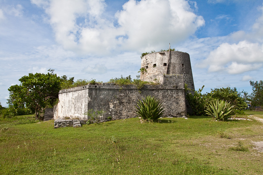 River Fort (Martello Tower), Barbuda island, Antigua and Barbuda, Caribbean. Ривер-форт (башня мартелло), остров Барбуда, Антигуа и Барбуда
