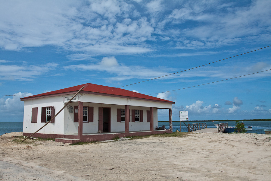 A pier, lagoon and a building, Codrington town, Barbuda, Antigua and Barbuda, Caribbean. Дом, пирс и лагуна, город Кодрингтон, остров Барбуда, Антигуа и Барбуда