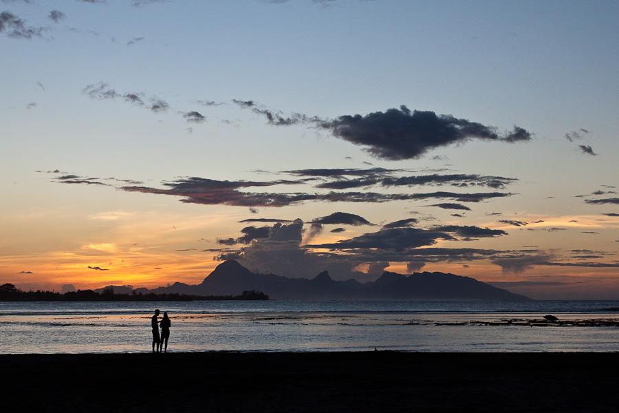Вид из бухты Mahina, Таити, Французская Полинезия на остров Моореа