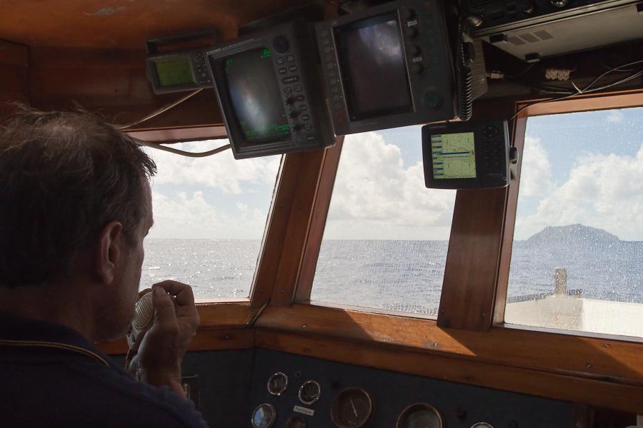 Прибытие на Питкэрн. Капитан Craig Markowski вызывает Питкэрн по 16-му каналу marine VHF radio