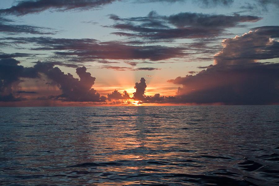 Закат в Тихом океане между Гамбье и Питкэрном
