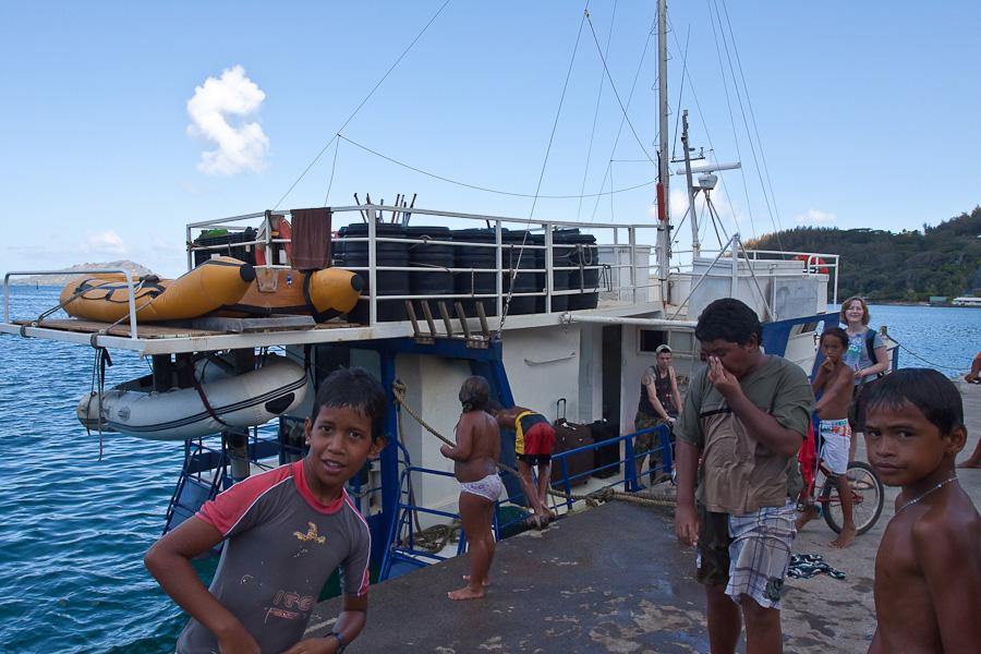 SRV Discovery и местные дети в порту Рикитеа, остров Мангарева, архипелаг Гамбье