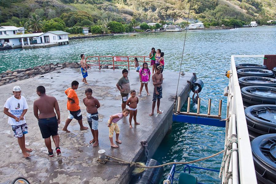 Местные дети провожают SRV Discovery в порту Рикитеа, остров Мангарева, архипелаг Гамбье