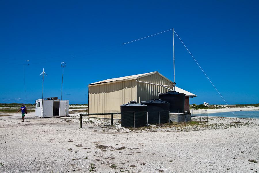 Диспетчерская и гараж пожарных. Аэропорт Мангарева, архипелаг Гамбье, Французская Полинезия
