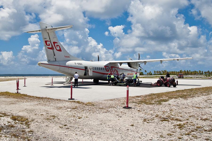 Заправка ATR72 F-OIQU, аэропорт атолла Туреиа (Tureia)