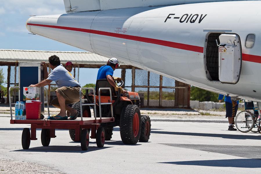 Загрузка бортпитания рейса VT951 на ATR72 F-OIQU, аэропорт Мангарева, архипелаг Гамбье, Французская Полинезия