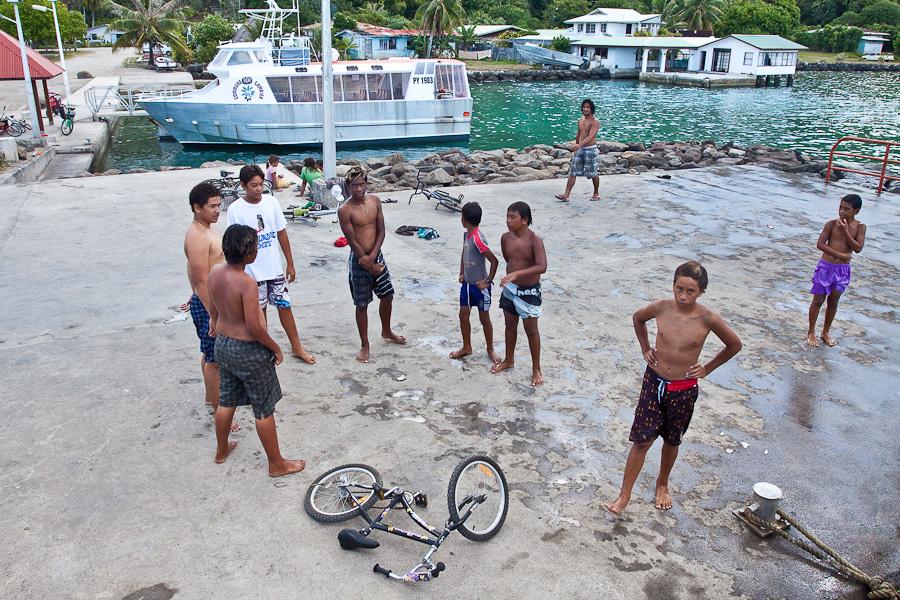 Местные дети в порту Рикитеа, остров Мангарева, архипелаг Гамбье