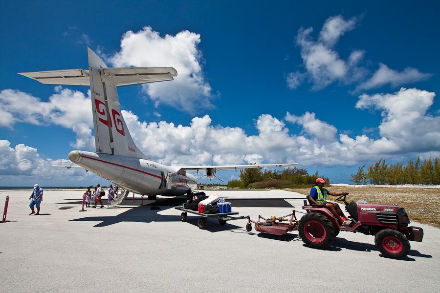 ATR72 F-OIQU, аэропорт атолла Туреиа (Tureia). Разгрузка багажа.